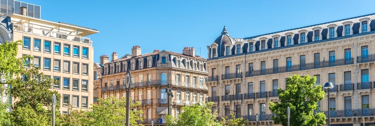 Les immeubles à l'architecture si caractéristique du square Charles de Gaulle