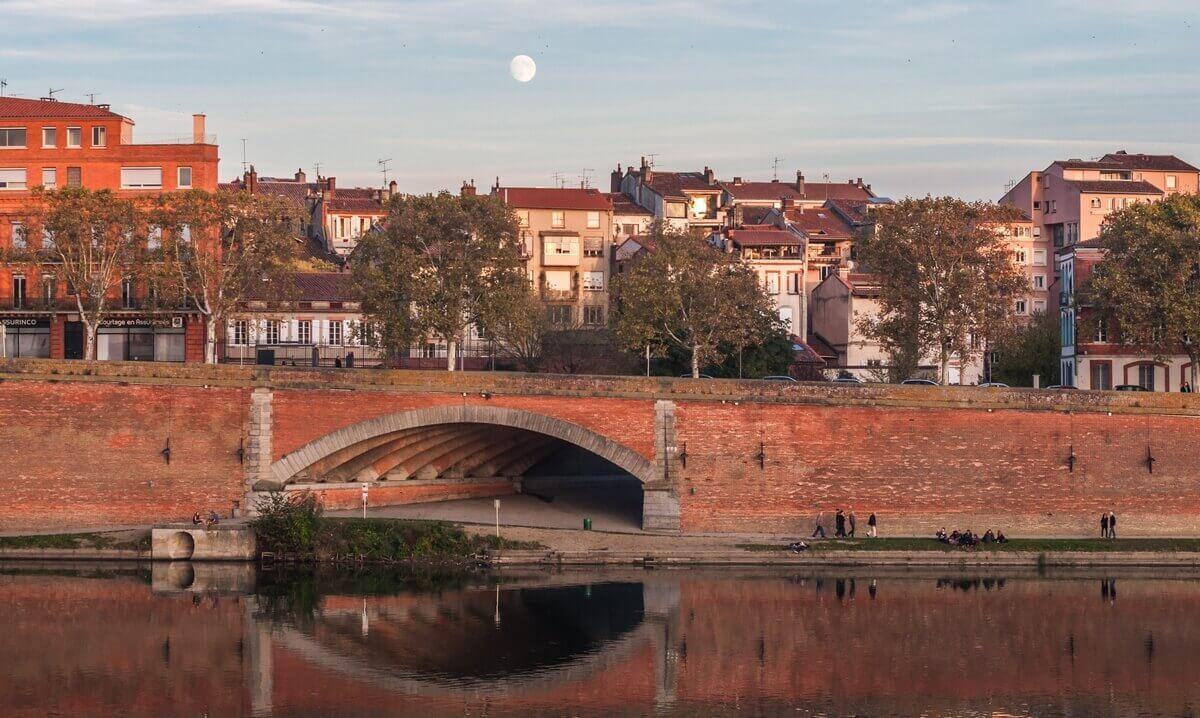 La voûte Tounis et les quais de la Garonne au soleil couchant