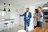 immobilier neuf toulouse - visite d'un appartement neuf avec un couple et leur agent immobilier