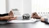immobilier neuf toulouse - un notaire calculant les frais d'achat pour un logement neuf