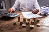 loi pinel toulouse - Un homme faisant sa comptabilité