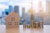 loi pinel 2021 - une maison et des pièces de monnaies symbolisant l'épargne immobilière