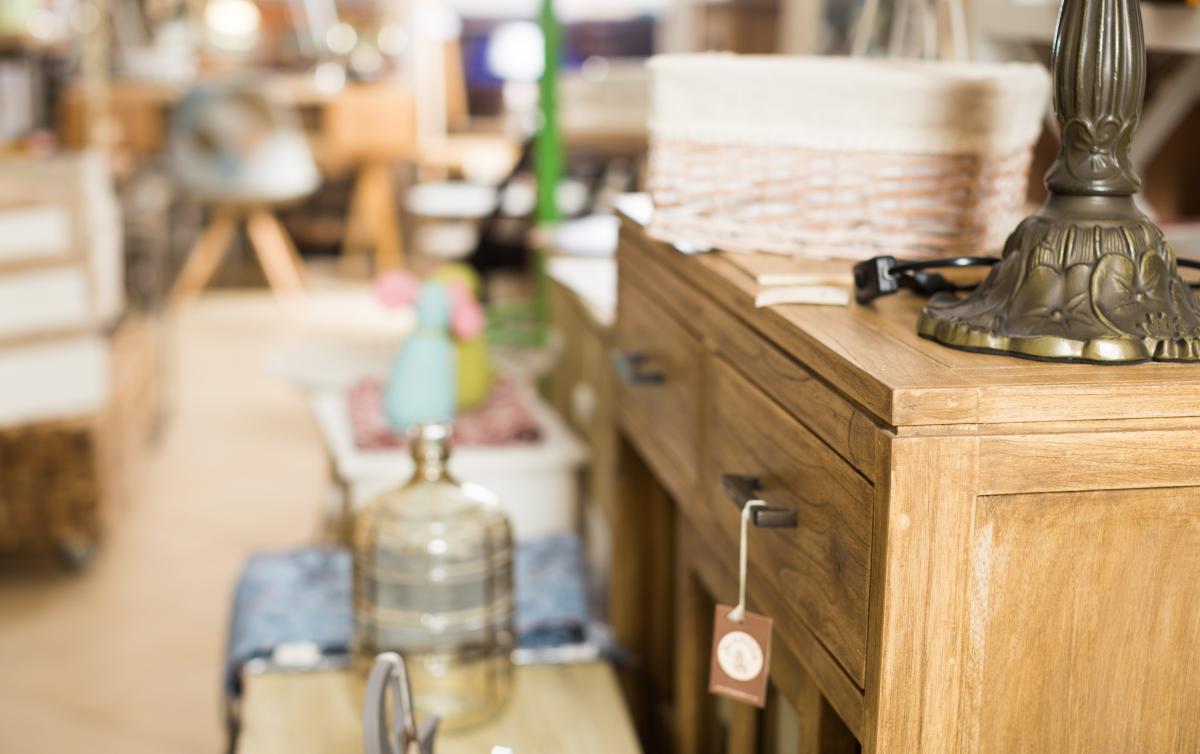 Logement étudiant à Toulouse – Meubles vintage dans un magasin de seconde main
