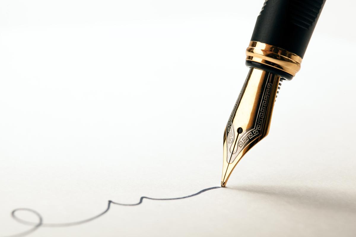 Logement étudiant à Toulouse –Signature avec un stylo sur une feuille de papier