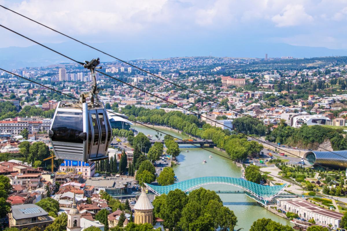 Projets de transports à Toulouse – Vue d'un téléphérique survolant une ville