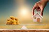 Marché immobilier neuf Toulouse – concept d'équilibre entre argent et maison